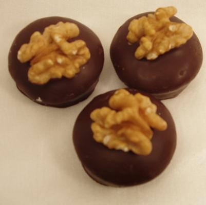 Walnuss-Marzipan-Praline mit Zartbitterschokolade